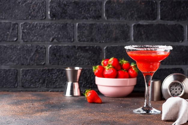 Cocktail fraise margarita en verre Photo Premium