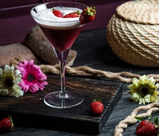 Cocktail de fraises sur la table Photo gratuit