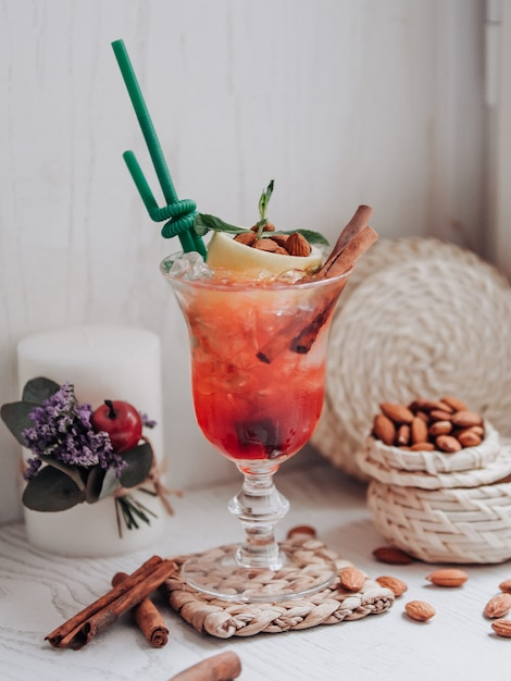 Cocktail de fraises sur la table Photo gratuit