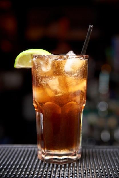 Cocktail froid sur un arrière-plan flou sombre avec bokeh. Photo Premium