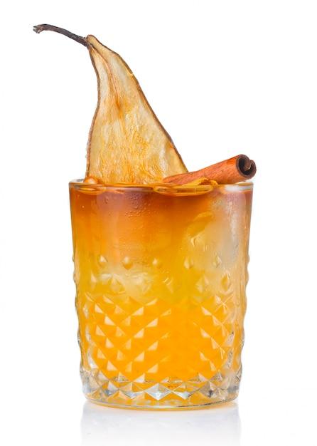 Cocktail de fruits alcool avec poire et cannelle isolé Photo Premium