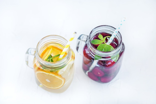 Cocktail de fruits aux cerises. détox water l'été et la fête. Photo Premium