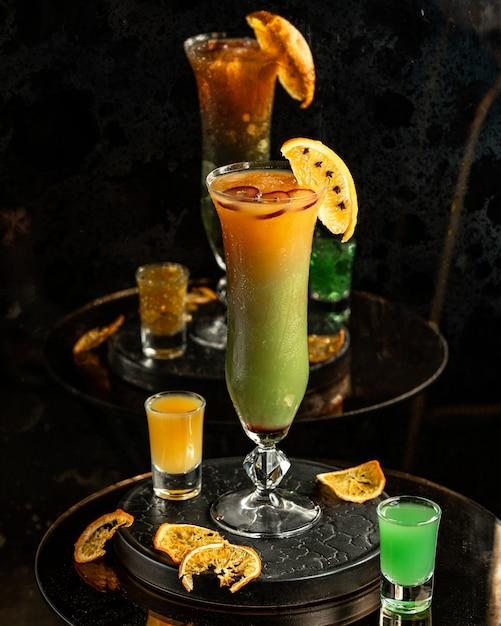 Cocktail de fruits sur la table Photo gratuit