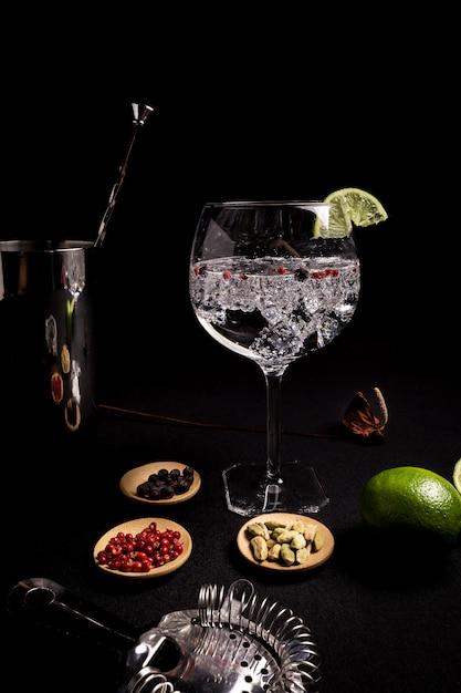 Cocktail de gin tonic sur fond noir Photo Premium