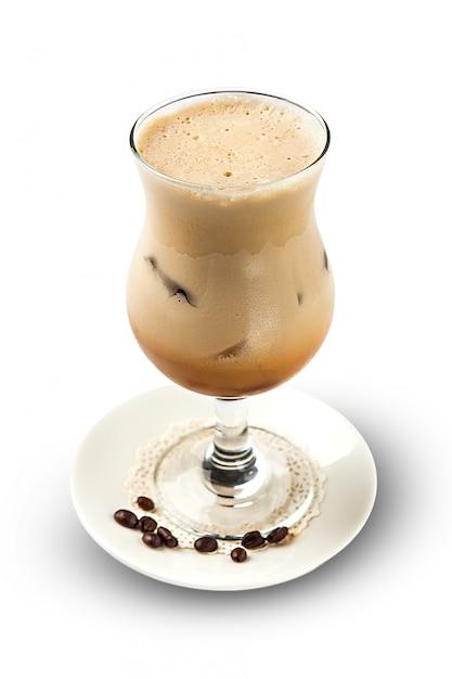 Cocktail De Glace Avec Baileys En Verre Highball Isolé Sur Blanc Photo Premium