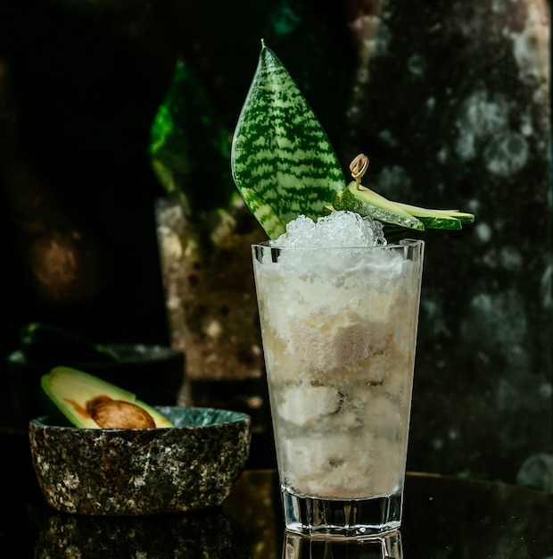 Cocktail glacé blanc sur la table Photo gratuit