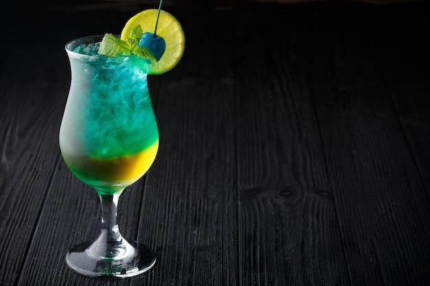 Cocktail hawaïen bleu à la menthe sur fond noir Photo Premium