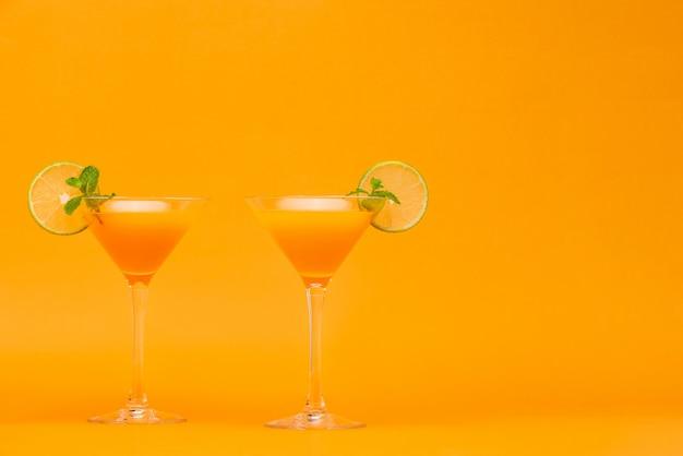 Cocktail de jus d'orange rafraîchissant dans les verres Photo Premium
