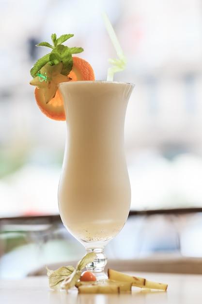 Cocktail De Lait Avec Une Tranche D'agrumes Photo Premium