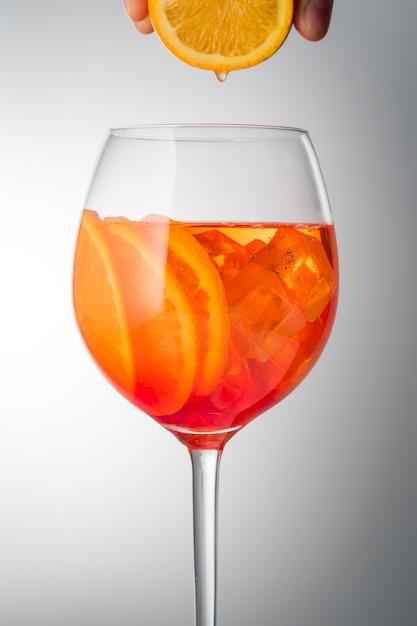 Cocktail légèrement alcoolique rafraîchissant aperol spritz en été Photo Premium