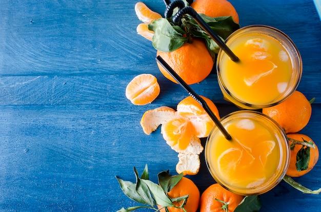 Cocktail à la mandarine, jus et glace Photo Premium