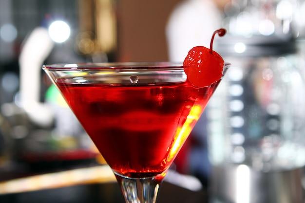 Cocktail De Martini Rose Dans Un Bar Photo gratuit