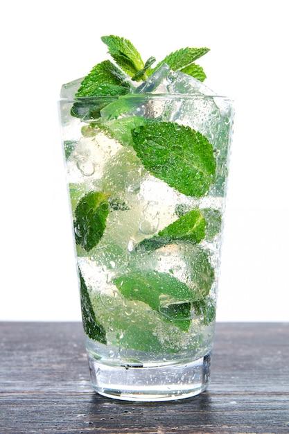 Cocktail à la menthe et glace pilée isolé sur fond blanc Photo Premium