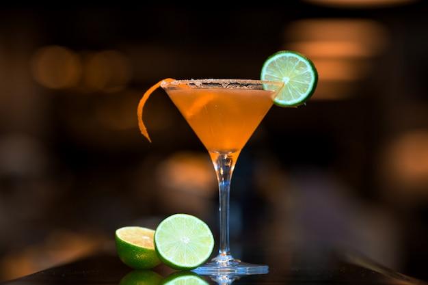 Cocktail Orange Garni D'une Tranche De Citron Vert Photo gratuit