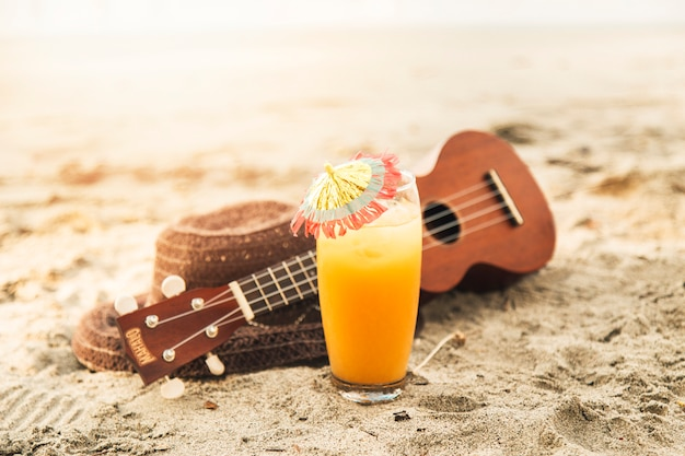Cocktail sur la plage de sable fin Photo gratuit