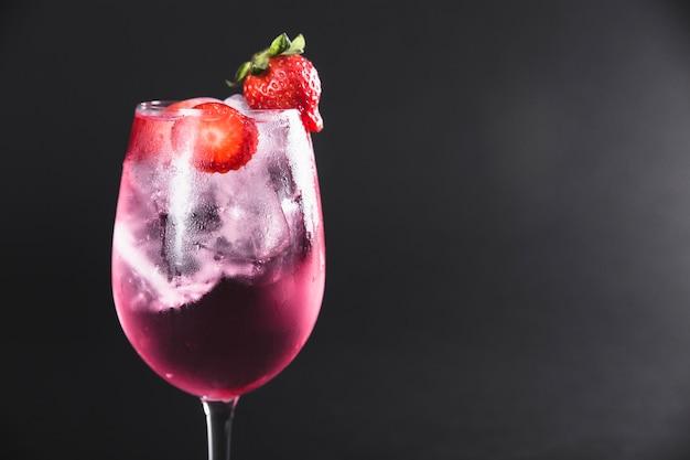 Cocktail rafraîchissant aux fraises Photo gratuit