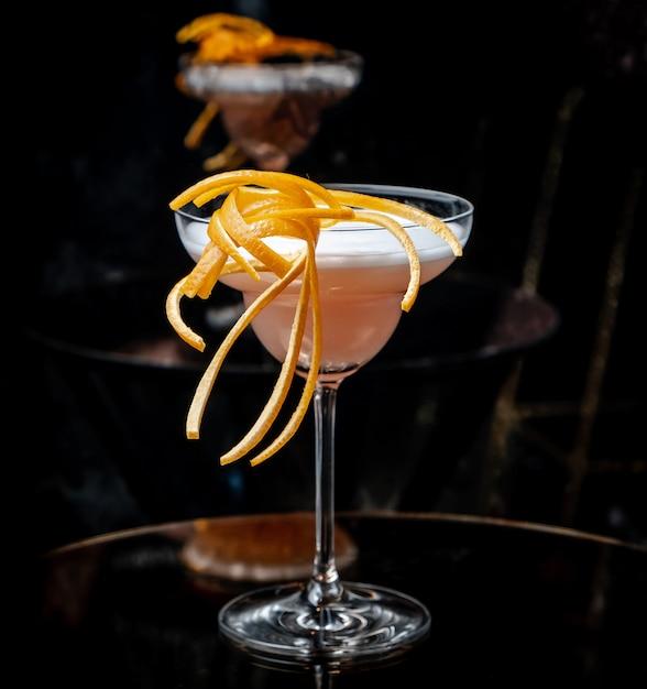 Cocktail rose sur la table Photo gratuit