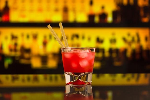Cocktail rouge au comptoir du bar Photo gratuit