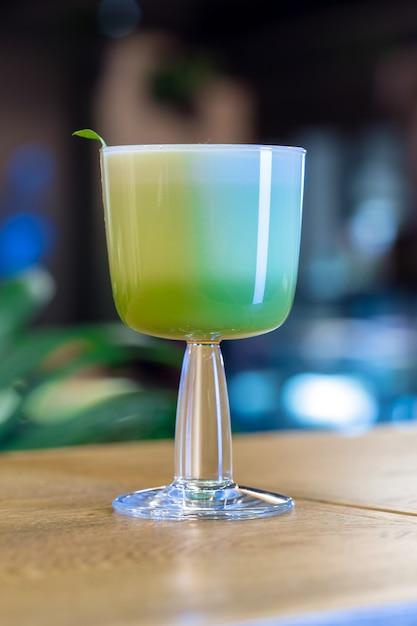 Cocktail sur la table bar, restaurant Photo Premium