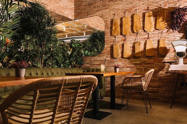 Cocktail sur une table en bois dans le restaurant Photo gratuit