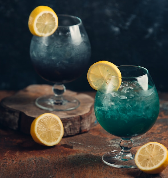 Cocktail vert glacé avec une tranche de citron Photo gratuit