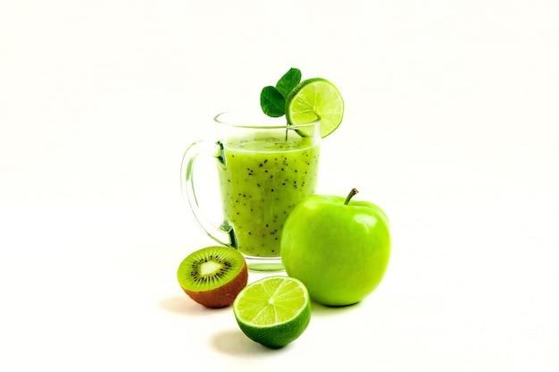 Cocktail vert de kiwi, pomme verte, citron vert et menthe isolé sur fond blanc vue d'un escroc Photo Premium