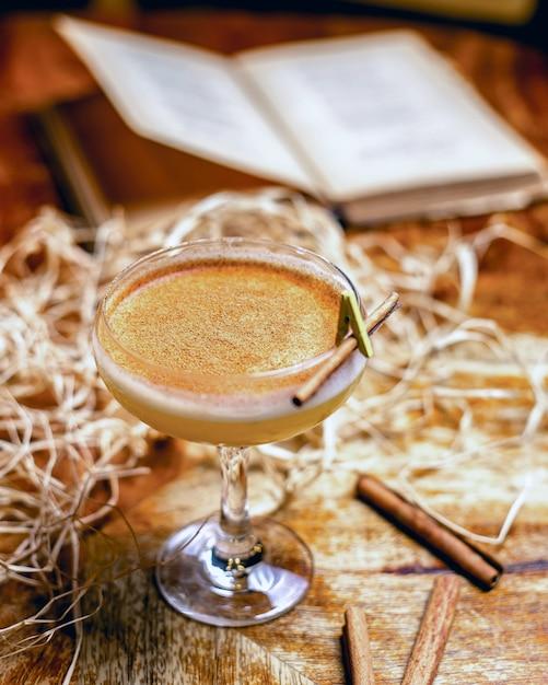 Cocktail Vue De Dessus Avec Cannelle Et Décor Sur La Table Photo gratuit