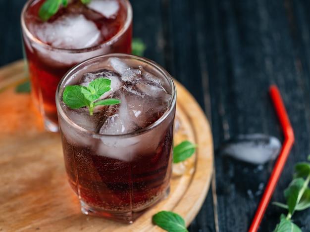 Cocktails alcoolisés estivaux rouges avec glace et menthe. sans soda et avec soda Photo Premium
