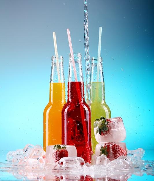 Cocktails Colorés Avec De La Glace Photo gratuit