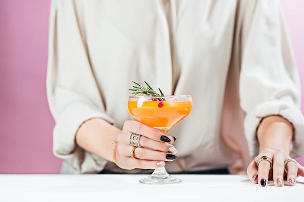 Les Cocktails Et Fruits Exotiques à La Rose Et La Main Féminine Photo gratuit