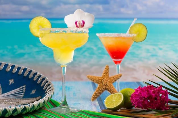 Cocktails margarita et sexe sur la plage sur le bleu des caraïbes Photo Premium