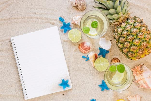 Cocktails mojito dans des verres avec un cahier Photo gratuit