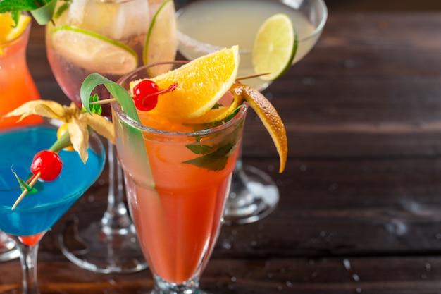 Cocktails multicolores au bar gros plan Photo Premium