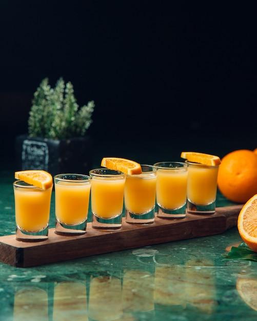 Cocktails orange dans des petits verres. Photo gratuit