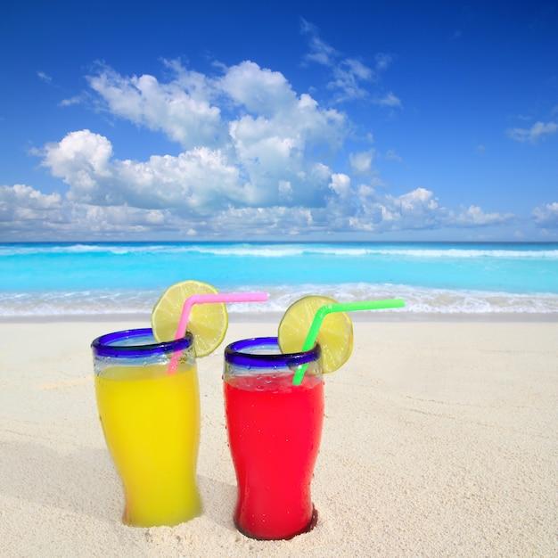 Cocktails de plage jaune rouge dans la mer tropicale des caraïbes Photo Premium