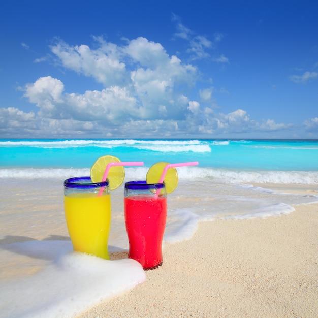 Cocktails de plage mousse tropicale jaune vague rouge Photo Premium