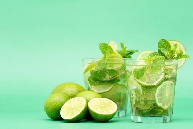 Cocktails rafraîchissants mojito dans les verres Photo Premium