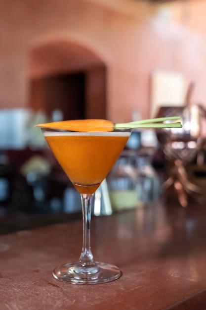 Les Cocktails Sans Alcool Aux Carottes Sont Mélangés Et Prêts à Servir Sur Une Barre Rouge. Photo Premium