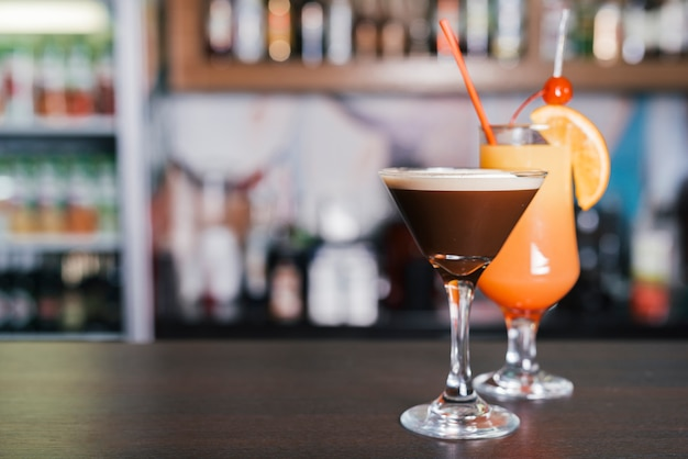 Cocktials différents dans un bar Photo gratuit