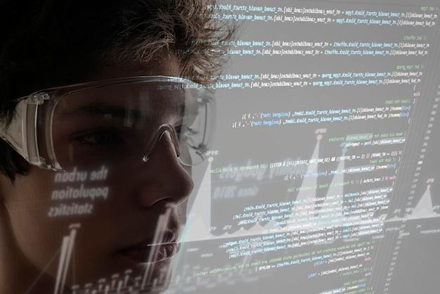 Code informatique binaire virtuel devant le visage du jeune homme Photo Premium