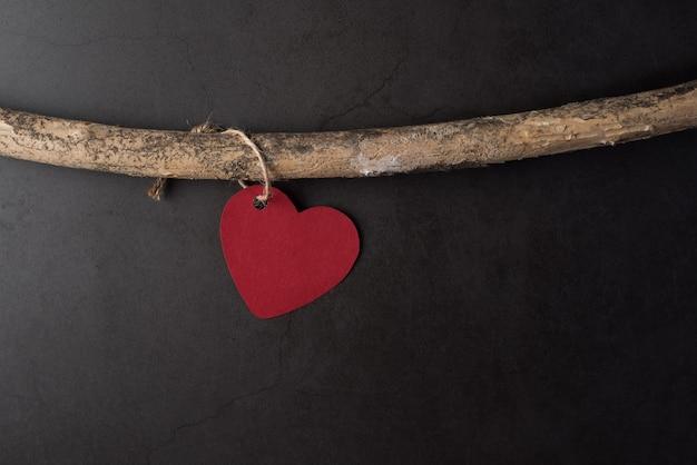 Coeur accroché aux branches Photo gratuit