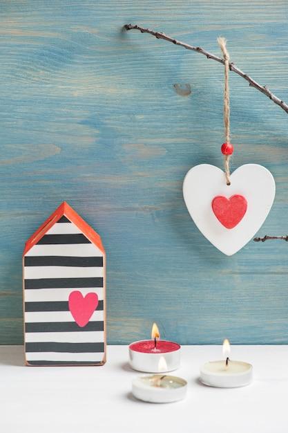 Coeur en bois minable rouge, allumé des bougies Photo Premium