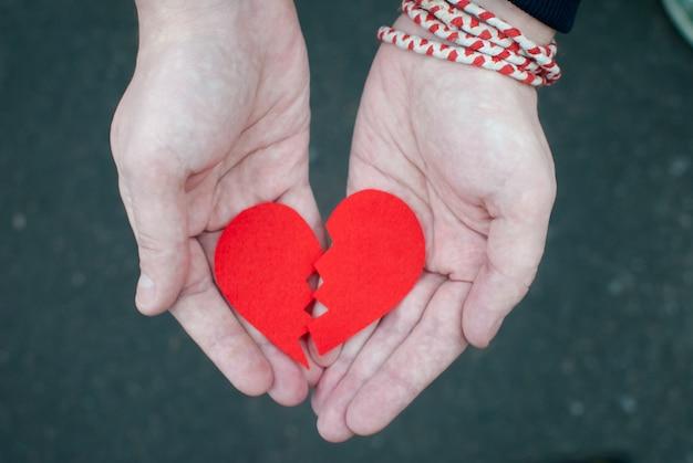 Cœur brisé dans les mains des hommes. Photo Premium