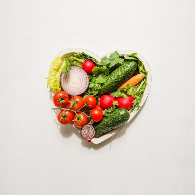 Cœur composé de différents types de légumes Photo gratuit