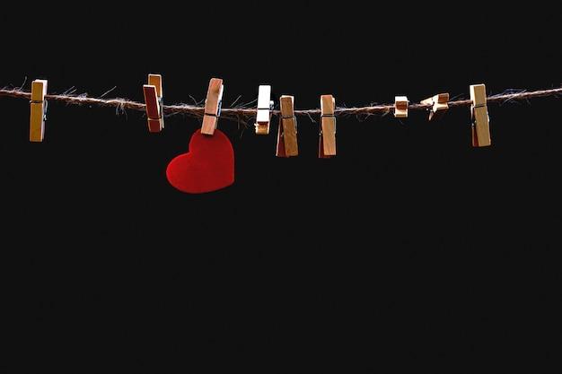 Coeur sur la corde à linge Photo Premium