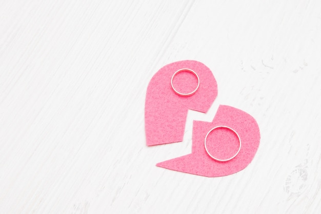 Coeur Coupé En Feutre Et Alliances, Divorce, Cœur Brisé, Divorce, Fond Clair, Espace Copie Photo Premium