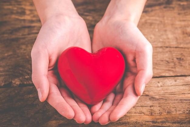 Avec coeur dans les mains - donner de l'amour Photo Premium