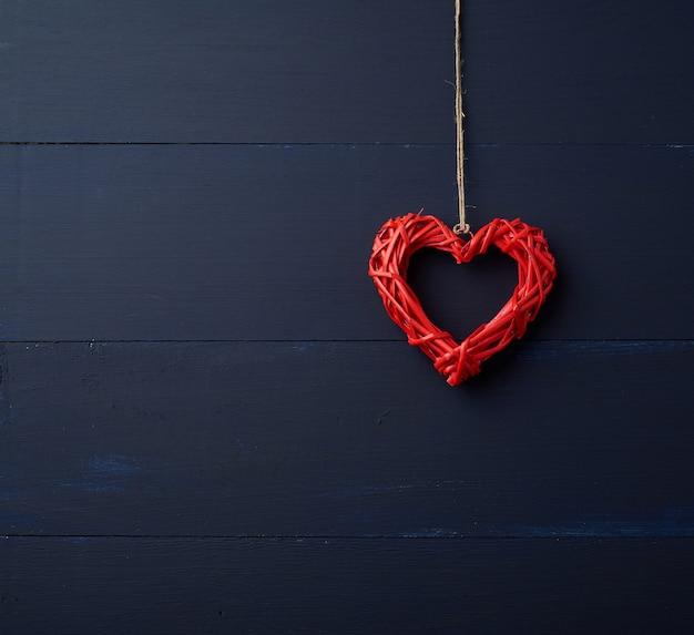 Coeur Décoratif En Osier Rouge Suspendu à Une Corde Marron Photo Premium