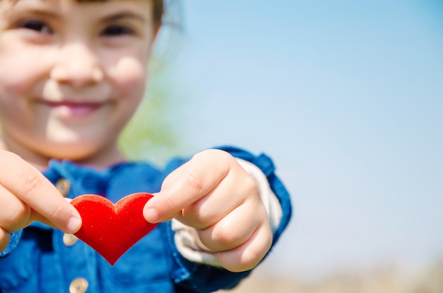 Le coeur est entre les mains de l'enfant Photo Premium