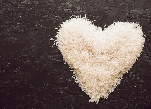 Coeur Fait Avec Des Grains De Riz Sur Fond Texturé Photo gratuit